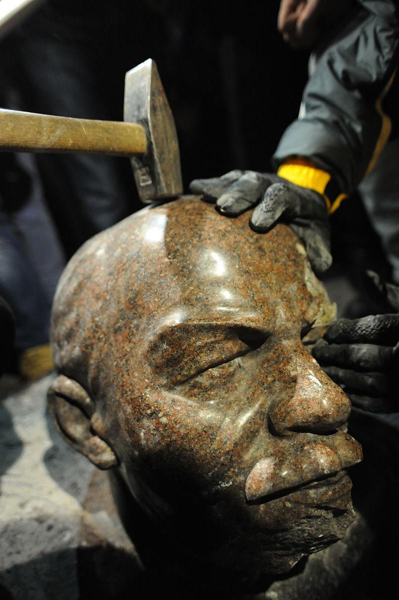 Po obaleniu pomnika Lenina wKijowie, grudzień 2013. Fot.Mstyslav Chernov/Unframe za: Wikipedia