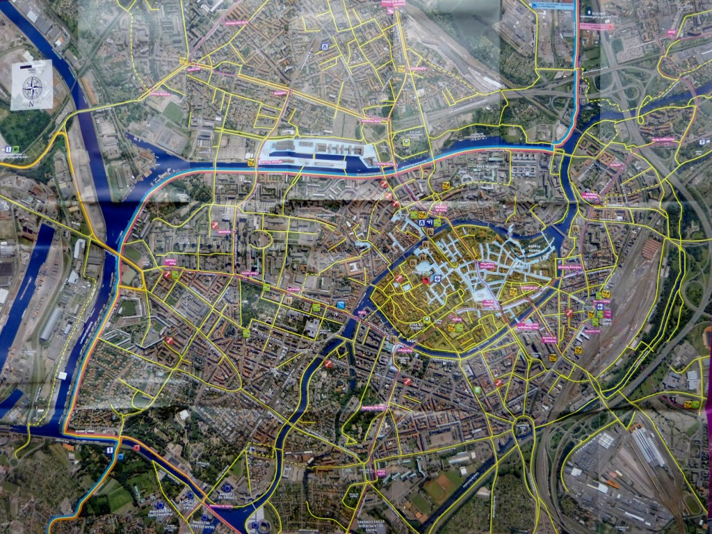 Plan Strasburga zdrogami dla rowerów zaznaczonymi nażółto; wcentrum stare miasto