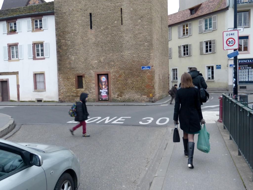 Strefa ograniczenia szybkości do30 km/h jest wStrasburgu elementem systemu wyciszenia ruchu. Jej granica tonaturalne przejście dla pieszych