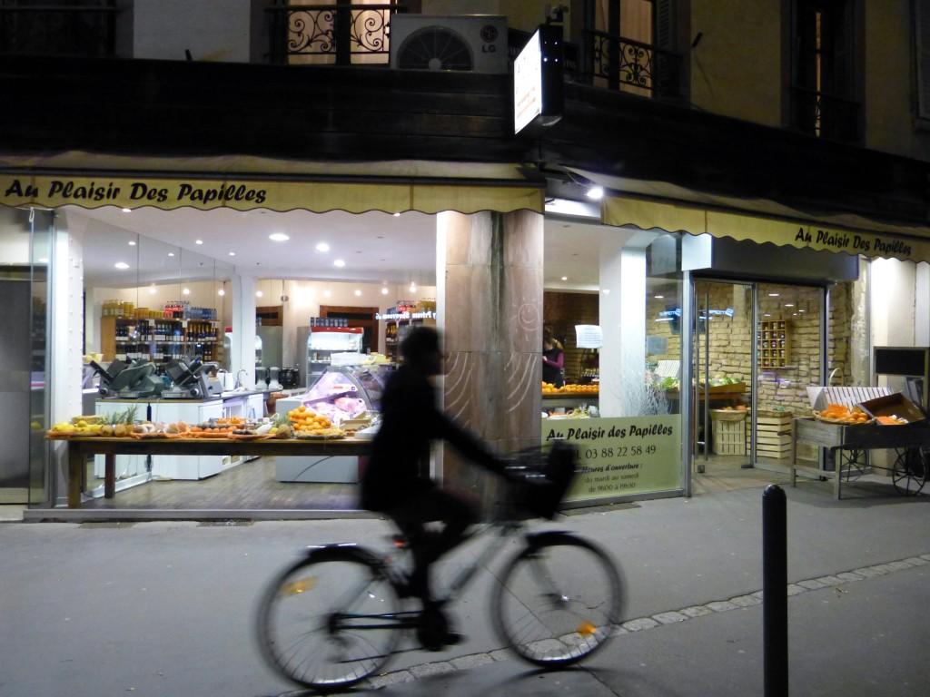 """Strasburg. WPolsce wystawy sklepowe są często pozalepiane powiększonymi zdjęciami towarów, dostosowanymi bardziej dopercepcji kierowcy niż pieszego. Duża odsłonięta witryna pozwala """"znaleźć się"""" wsklepie bezwchodzenia doniego, łączy to, co wewnątrz, ztym, co nazewnątrz"""