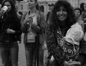 """Towarzyszące wydarzenia artystyczne odbywały się przy ratuszu miejskim imiały otwarty charakter. Nazdjęciu pianistka, wokalistka ikompozytorka Marina Zakharova (""""Marinita""""). Lwów, IX 2015, fot.Leonid Golberg."""