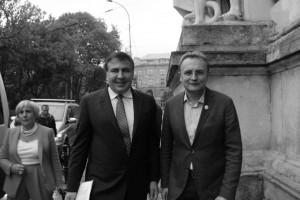 były prezydent Gruzji Micheil Saakaszwili imer Lwowa Andrij Sadowyj przedUniwersytetem im.Iwana Franki weLwowie. Gubernator Odessy wswoim wykładzie cytował ukraińskich poetów: Iwana Frankę iWasyla Stusa. 5 września 2015, fot.Lonid Golberg.