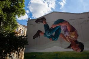 """Mural """"Marzycielka"""": portret ukraińskiej gimnastyczki Hanny Rizatdinov, autorstwa australijskiego artysty Fintana Magee'a"""