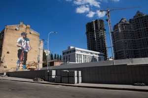 Mural Emmanuela Jarusa; wsąsiedztwie wyburzonego wlatach 90. welodromu, którydzięki staraniom rowerzystów imieszkańców okolicznych dzielnic ma zostać odbudowany