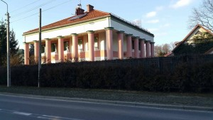 Dom Zeusa wpodwarszawskiej Zielonce. Źródło: http://www.bryla.pl/bryla/7,85300,19843658,polisz-arkitekczer-najwieksze-kity-polskiej-architektury-cz.html.
