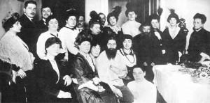 Rasputin wgronie uwielbiających go kobiet (1916). Źródło: www.wikipedia.org.