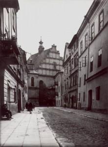 Ulica Złota wLublinie. Kamienica nr2 polewej stronie zbalkonem.