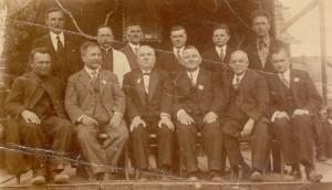 Ksiądz Emilian polewej stronie pierwszym rzędzie. Źródło: http://www.baran.ca.