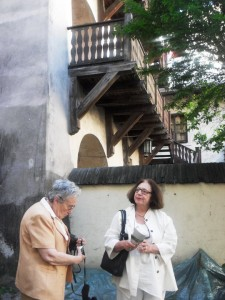 Podwórko naZłotej 2. Wizyta Anne-Cathrine Ardouin zFrancji (polewej) - wnuczka Henrietty zd. Meyerson (rodzonej siostry Franciszki Arnsztajnowej) ibadaczki drEwy Telkes-Klein. Fot.Aleksandra Zińczuk.