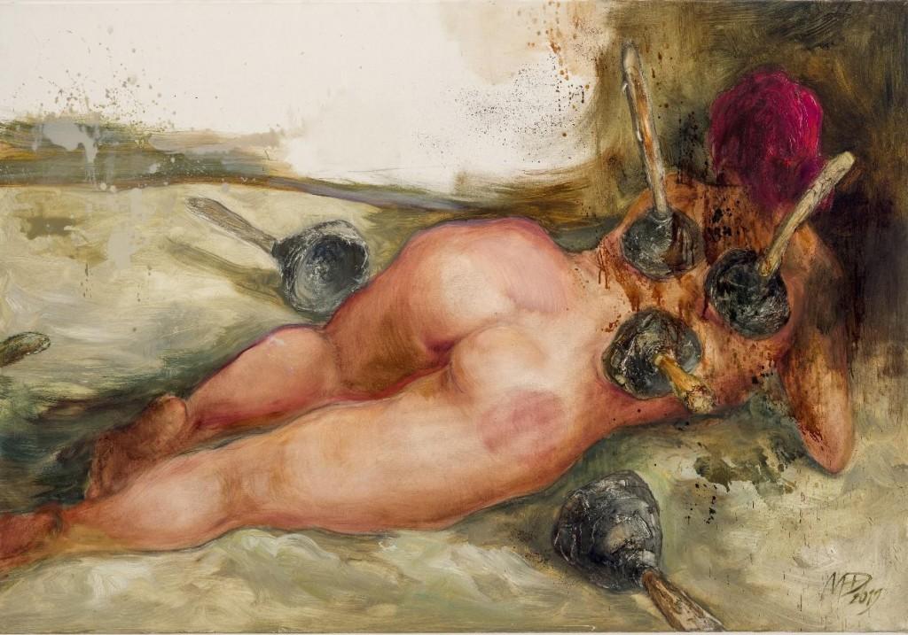 Naga kobieta tyłem zwbitymi wciało gumowymi przepychaczami dorur.