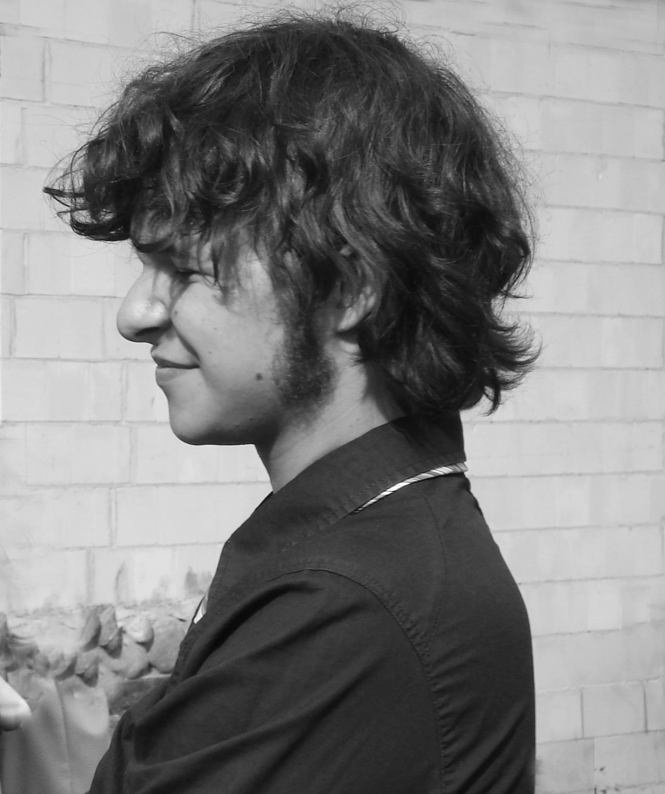Czarno-białe zdjęcie chłopca profilem.