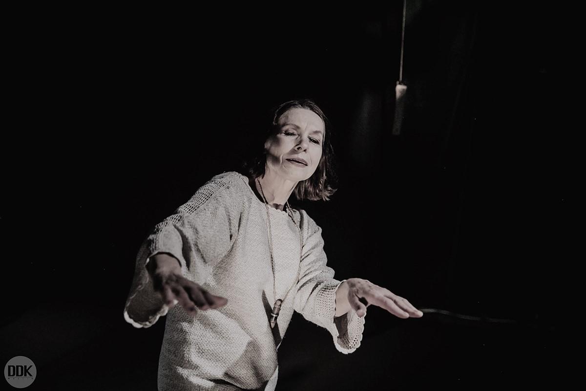 Czarno-białe zdjęcie aktorki wpłóciennej sukni.